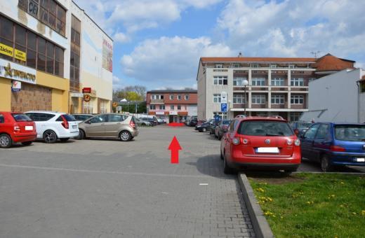 Hledáte místo k zaparkování? Parkoviště za KUBUSEM nabízí dostatek prostoru